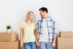 Ευτυχές ζεύγος με τα κιβώτια που κινούνται προς το νέο σπίτι στοκ φωτογραφία