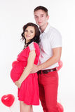 Ευτυχές ζεύγος με τα κόκκινα μπαλόνια μορφής καρδιών Στοκ φωτογραφία με δικαίωμα ελεύθερης χρήσης