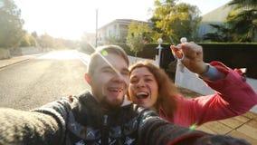 Ευτυχές ζεύγος με τα κλειδιά που στέκονται έξω από το σπίτι απόθεμα βίντεο