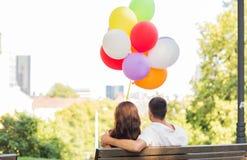 Ευτυχές ζεύγος με τα μπαλόνια αέρα στην πόλη Στοκ Φωτογραφία