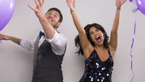 Ευτυχές ζεύγος με τα πορφυρά μπαλόνια που χορεύουν στο κόμμα φιλμ μικρού μήκους