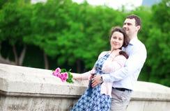 Ευτυχές ζεύγος με τα ρόδινα τριαντάφυλλα στοκ εικόνες με δικαίωμα ελεύθερης χρήσης
