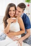 Ευτυχές ζεύγος με τη δοκιμή εγκυμοσύνης στοκ φωτογραφία με δικαίωμα ελεύθερης χρήσης