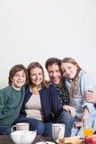 Ευτυχές ζεύγος με τη συνεδρίαση των παιδιών σας Στοκ εικόνες με δικαίωμα ελεύθερης χρήσης