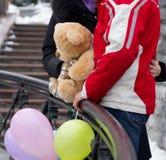 Ευτυχές ζεύγος με τη teddy αρκούδα και τα μπαλόνια Στοκ Εικόνα