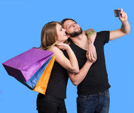 Ευτυχές ζεύγος με τις τσάντες αγορών που παίρνουν selfie Στοκ Φωτογραφίες