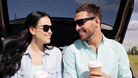 Ευτυχές ζεύγος με τον καφέ στον κορμό 9 αυτοκινήτων hatchback απόθεμα βίντεο