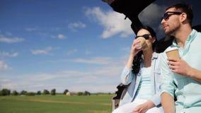 Ευτυχές ζεύγος με τον καφέ στον κορμό 40 αυτοκινήτων hatchback φιλμ μικρού μήκους