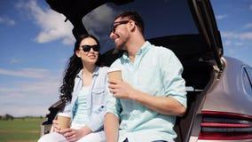 Ευτυχές ζεύγος με τον καφέ στον κορμό 29 αυτοκινήτων hatchback απόθεμα βίντεο