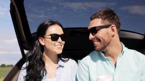 Ευτυχές ζεύγος με τον καφέ στον κορμό 8 αυτοκινήτων hatchback φιλμ μικρού μήκους