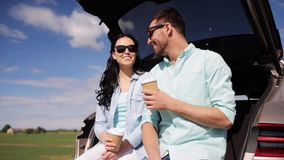 Ευτυχές ζεύγος με τον καφέ στον κορμό 26 αυτοκινήτων hatchback απόθεμα βίντεο
