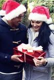 Ευτυχές ζεύγος με το μεγάλο κόκκινο παρόν Έννοια Χριστουγέννων στοκ φωτογραφία με δικαίωμα ελεύθερης χρήσης