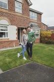 Ευτυχές ζεύγος με το νέο σπίτι στοκ εικόνες με δικαίωμα ελεύθερης χρήσης