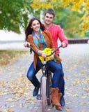 Ευτυχές ζεύγος με το ποδήλατο στο πάρκο φθινοπώρου Στοκ Φωτογραφία