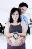 Ευτυχές ζεύγος με το ρολόι στα χέρια Στοκ Εικόνα
