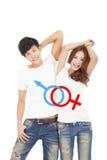 Ευτυχές ζεύγος με το σημάδι φύλων στην μπλούζα μορίων Στοκ Εικόνες