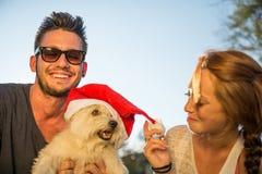 Ευτυχές ζεύγος με το σκυλί στοκ φωτογραφίες με δικαίωμα ελεύθερης χρήσης