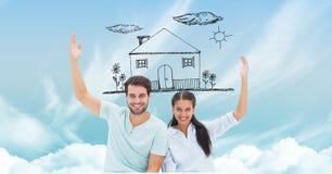 Ευτυχές ζεύγος με το σπίτι ονείρου στον ουρανό Στοκ Φωτογραφία