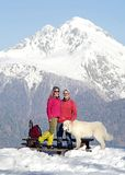 Ευτυχές ζεύγος με το τσοπανόσκυλο maremma Στοκ φωτογραφία με δικαίωμα ελεύθερης χρήσης