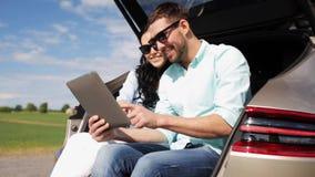 Ευτυχές ζεύγος με το PC ταμπλετών στον κορμό 19 αυτοκινήτων hatchback φιλμ μικρού μήκους