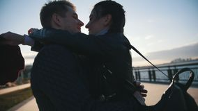 Ευτυχές ζεύγος που έχει να χορεψει υπαίθρια - το αρσενικό και η γυναίκα έχουν τη διασκέδαση στο ηλιοβασίλεμα απόθεμα βίντεο