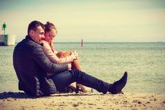 Ευτυχές ζεύγος που έχει την ημερομηνία στην παραλία Στοκ φωτογραφία με δικαίωμα ελεύθερης χρήσης