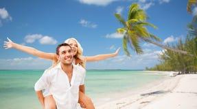 Ευτυχές ζεύγος που έχει τη διασκέδαση πέρα από τη θερινή παραλία στοκ φωτογραφίες