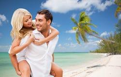Ευτυχές ζεύγος που έχει τη διασκέδαση πέρα από τη θερινή παραλία στοκ εικόνα με δικαίωμα ελεύθερης χρήσης