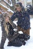 Ευτυχές ζεύγος που έχει τη χειμερινή διασκέδαση Στοκ Φωτογραφίες