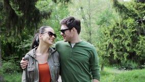 Ευτυχές ζεύγος που αγκαλιάζει και που περπατά στο θερινό πάρκο 15 απόθεμα βίντεο