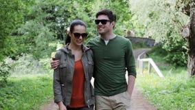 Ευτυχές ζεύγος που αγκαλιάζει και που περπατά στο θερινό πάρκο 13 απόθεμα βίντεο