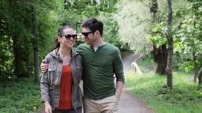 Ευτυχές ζεύγος που αγκαλιάζει και που περπατά στο θερινό πάρκο 14 απόθεμα βίντεο
