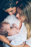 Ευτυχές ζεύγος που αγκαλιάζει και που φαίνεται νεογέννητο Στοκ Φωτογραφίες