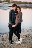Ευτυχές ζεύγος που αγκαλιάζει στη λίμνη το θερινό βράδυ άνδρας αγάπης φιλιών έννοιας στη γυναίκα Στοκ Φωτογραφίες