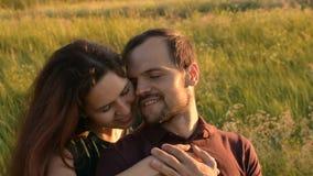 Ευτυχές ζεύγος που εξετάζει το ένα το άλλο με την αγάπη φιλμ μικρού μήκους