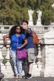 Ευτυχές ζεύγος που κάνει selfie με το κινητό τηλέφωνο διακοπές στοκ εικόνα με δικαίωμα ελεύθερης χρήσης
