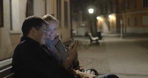 Ευτυχές ζεύγος που κάνει selfie στην οδό βραδιού φιλμ μικρού μήκους