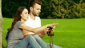 Ευτυχές ζεύγος που παίρνει τις εικόνες με την παλαιά κάμερα απόθεμα βίντεο