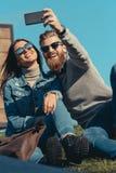 ευτυχές ζεύγος που παίρνει selfie καθμένος στοκ εικόνες