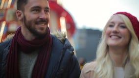 Ευτυχές ζεύγος που περπατά υπαίθρια απόθεμα βίντεο