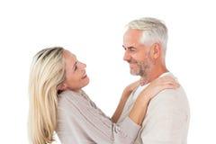 Ευτυχές ζεύγος που στέκεται και που αγκαλιάζει Στοκ φωτογραφία με δικαίωμα ελεύθερης χρήσης