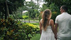Ευτυχές ζεύγος που ταξιδεύει στο κοντινό θέρετρο ξενοδοχείων τα χέρια ζευγών κρατούν απόθεμα βίντεο