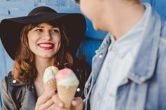 Ευτυχές ζεύγος που τρώει τα παγωτά στοκ φωτογραφία με δικαίωμα ελεύθερης χρήσης