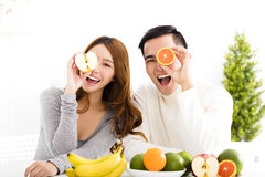 Ευτυχές ζεύγος που τρώει τα φρούτα και τα υγιή τρόφιμα Στοκ φωτογραφία με δικαίωμα ελεύθερης χρήσης