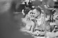Ευτυχές ζεύγος που φιλά καθμένος στον καφέ οδών Στοκ εικόνες με δικαίωμα ελεύθερης χρήσης