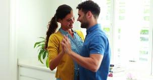 Ευτυχές ζεύγος που χορεύει μαζί στην κουζίνα απόθεμα βίντεο