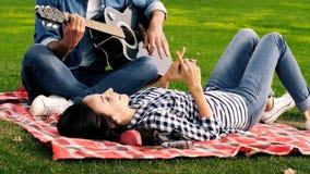 Ευτυχές ζεύγος, ρομαντικό παιχνίδι κιθάρων απόθεμα βίντεο