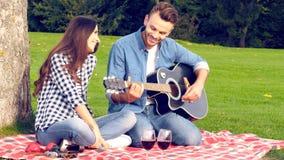 Ευτυχές ζεύγος, ρομαντικό παιχνίδι κιθάρων φιλμ μικρού μήκους
