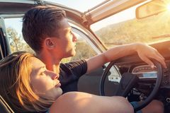 Ευτυχές ζεύγος σε ένα αυτοκίνητο Στοκ Φωτογραφία
