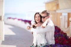 Ευτυχές ζεύγος σε ένα ηλιόλουστο υπόβαθρο ακτών Ρομαντική και πολυτελής σχέση Ειδύλλιο, σχέση και χρονολόγηση σπόλα Στοκ εικόνα με δικαίωμα ελεύθερης χρήσης
